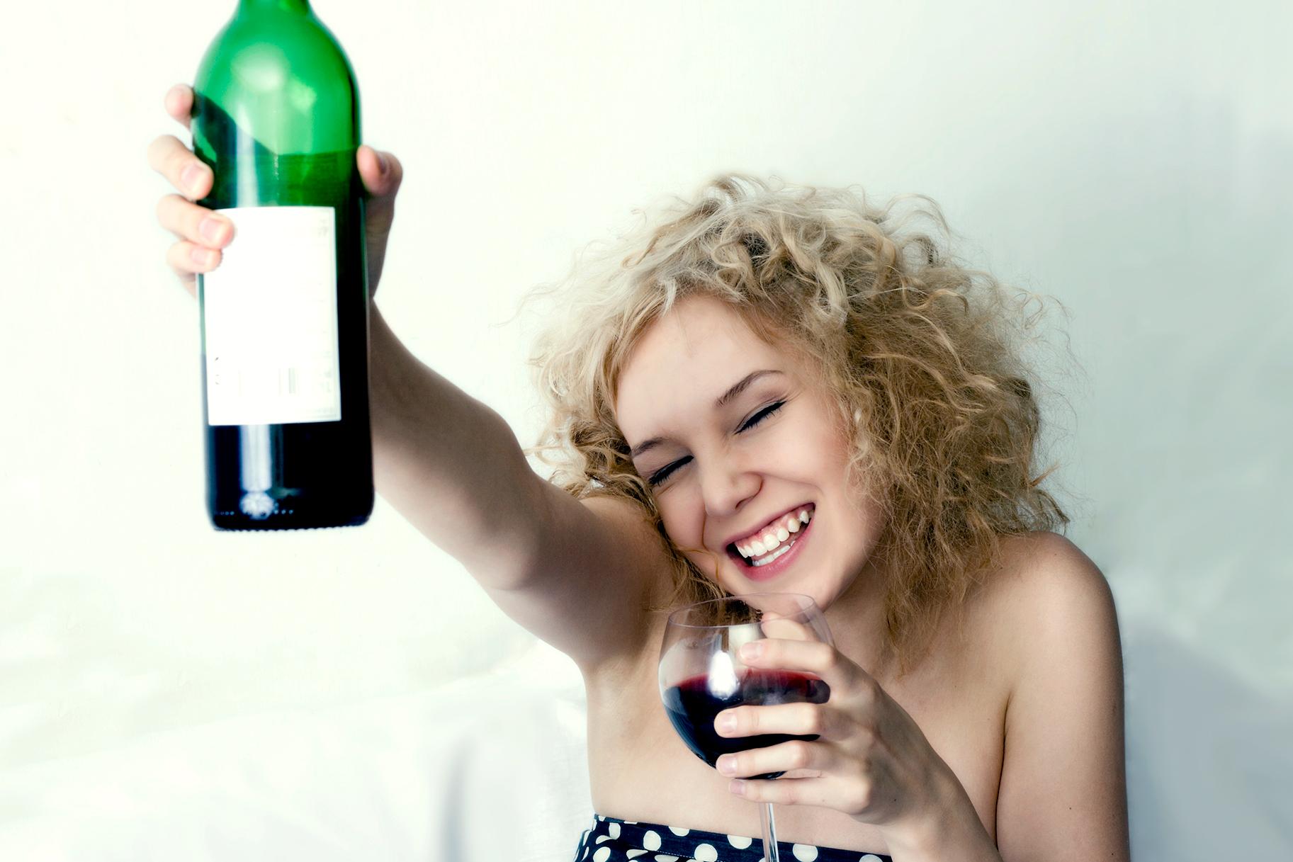 Смешные картинки девушки с бутылкой