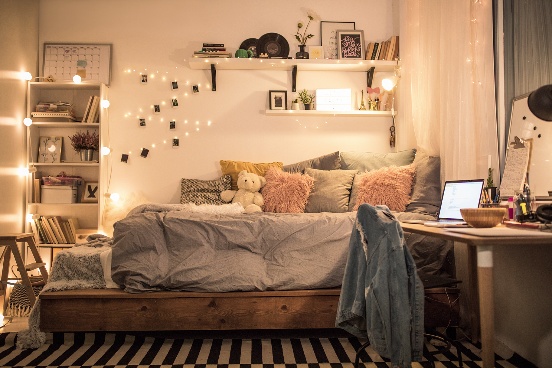 Stylish sophisticated ways to decorate a dorm room home design - Dorm room layout ideas ...