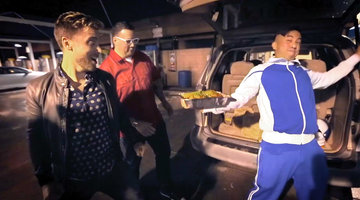 Lance Bass and Graham Elliot Track Down a Crafty Crab Dealer at a Car Wash