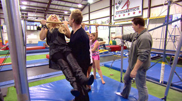 Kim Zolciak Does a Pull-Up
