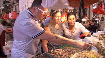 The Chefs Explore the Red Market in Macau